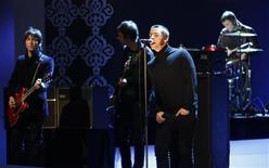 <p>A banda oasis faz shoe em Duesseldorf, Alemanha. Os roqueiros britânicos do Muse superaram nesta segunda-feira a recém dissolvida banda Oasis na categoria Melhor Artista do Mundo na Atualidade na premiação da revista Q.28/02/2009.REUTERS/Ina Fassbender</p>