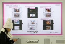 <p>Selon le quotidien économique Nikkei, Nintendo va lancer au Japon d'ici la fin de l'année une nouvelle version de sa console de jeux vidéo de poche DSi avec un écran plus grand, dans l'espoir d'en relancer les ventes. /Photo prise le 1er février 2009/REUTERS</p>