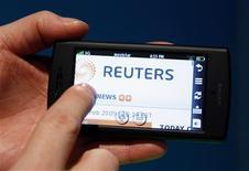 <p>Selon Opera, éditeur du navigateur internet du même nom, le trafic mondial des données via les téléphones portables a continué d'augmenter en septembre. /Photo d'archives/REUTERS/Albert Gea</p>