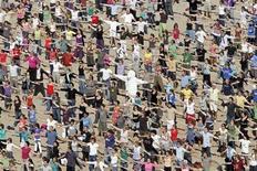 """<p>Le circa 10,000 persone che hanno partecipato al video clip """"The big ask again"""" sulla spiaggia di Oostende lo scorso 29 agosto, per chiedere maggiore impegno sul clima in vista del vertice di Copenaghen. REUTERS/Sebastien Pirlet</p>"""