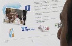 <p>Homem usa um aplicativo do Facebook, em Londres. A rede social Facebook recebeu 711,2 milhões de dólares em indenizações relacionadas a um caso anti-spam contra o site de vendas na Internet Sanford Wallace, mostraram documentos.22/05/2009.REUTERS/Jonathan Bainbridge</p>