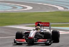 <p>A McLaren brilhou nesta sexta-feira no primeiro treino livre para o grande prêmio inaugural de Abu Dhabi de Fórmula 1, com Lewis Hamilton liderando no período da tarde e Heikki Kovalainen sendo o mais rápido na parte noturna.. REUTERS/Ahmed Jadallah</p>