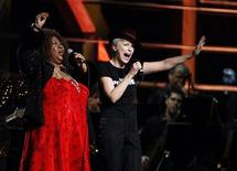 <p>Singer Aretha Franklin performs with Annie Lennox (R) during the second of two 25th Anniversary Rock & Roll Hall of Fame concerts in New York October 30, 2009. REUTERS/Lucas Jackson</p>