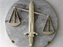 <p>Символ справедливости в адвокатской конторе в Ницце 9 октября 2009 года. По данным американского исследования, женщины с мужскими именами становятся более успешными адвокатами или судьями, чем представительницы слабого пола с традиционными именами. REUTERS/Eric Gaillard</p>