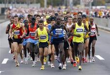 <p>The elite men's division runners start ahead of more than 40,000 runners in the 2009 New York City Marathon, November 1, 2009. REUTERS/Chip East</p>