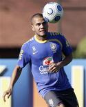 <p>Lateral direito do Barcelona, Daniel Alves, em foto de arquivo, pode retornar ao time em jogo contra o Rubin. REUTERS/Bruno Domingos</p>