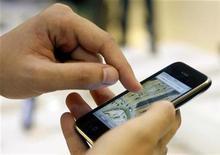 """<p>Las personas que tienen miedo a volar ahora pueden presionar un botón en su iPhone en busca de ayuda para enfrentar su fobia. La aerolínea Virgin Atlantic Airways ha lanzando una aplicación -o """"app""""- para su curso """"Flying Without Fear"""" (Volar sin miedo) que tiene una tasa de éxito que supera el 98 por ciento. Las aplicaciones son una fuente de información, juegos y otras ideas novedosas para los usuarios del iPhone de Apple y de los aparatos iPod Touch. La aerolínea dijo en un comunicado que esta aplicación fue diseñada para ayudar a la gente a superar su miedo, ya sea a la aeronave a la que no están familiarizados, a los ruidos extraños que hace un avión, o a perder el control. REUTERS/Susana Vera/Archivo</p>"""