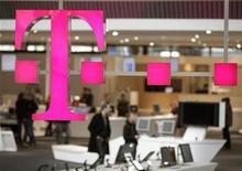 <p>Deutsche Telekom informó el jueves que sus ganancias estructurales del tercer trimestre superaron las expectativas gracias a estrictos controles de costos, al tiempo que confirmó su meta de utilidades para todo el año. Sus rivales europeos Telenor, KPN y TeliaSonera la semana pasada también anotaron ganancias mejores a lo esperado debido a reducciones de costos, mientras que France Telecom incumplió las estimaciones y advirtió de crecientes costos de reestructuración. REUTERS/Hannibal Hanschke/Archivo</p>