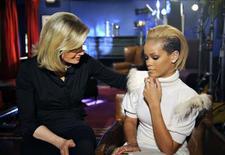 <p>A cantora Rihanna participa de programa de entrevista da rede ABC. Depois de ter sido agredida pelo cantor Chris Brown em fevereiro, a popstar Rihanna se sentiu constrangida por ter se apaixonado por um homem do tipo dele e se separou para dar um exemplo às mulheres jovens, disse ela em entrevista nesta quinta-feira.05/11/2009.REUTERS/Ida Mae Astute/ABC/Handout</p>
