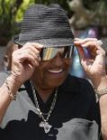 <p>Joe Jackson sorrindo após coletiva do lado de fora da casa da família Jackson, em Encino, junho de 2009. Pai de Michael Jackson quer receber pensão de espólio do filho. REUTERS/Lucy Nicholson</p>