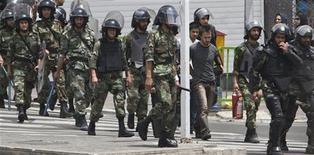 <p>Полицейские ведут арестованных по улице в Тегеране 14 июня 2009 года. Иранская полиция готова вновь применять такой вид наказаний как ампутация рук, поскольку без него в стране вырос уровень преступности, сообщила газета Ebtekar в понедельник. REUTERS/Stringerr</p>