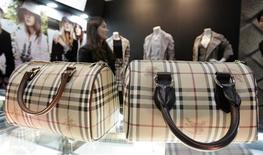 <p>A grife inglesa Burberry é famosa por seus trench coats e seu tecido xadrez. REUTERS/Jo Yong-Hak</p>