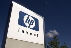 <p>Foto de archivo del logo de HP Invent frente a las oficinas internacionales de Hewlett-Packard en Meyrin, Suiza, ago 4 2009. Hewlett-Packard Co (HP) dijo el miércoles que acordó comprar al fabricante de equipos para redes 3Com Corp por 2.700 millones de dólares, para ayudar a mejorar la posición de HP en China y para expandir su negocio de dispositivos para redes. REUTERS/Denis Balibouse</p>