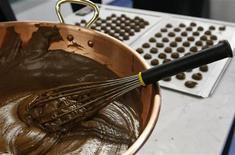 <p>La lavorazione del cioccolato. REUTERS/Denis Balibouse</p>