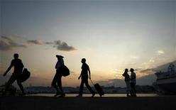 <p>Tourists walk alongside a promenade at the port of Piraeus, west of Athens August 7, 2009. REUTERS/Yiorgos Karahalis</p>