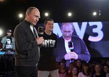 """<p>El primer ministro de Rusia, Vladimir Putin, participa en una programa de televisión en Moscú, 13 nov 2009. El primer ministro ruso, Vladimir Putin, se codeó con raperos y fue aclamado con """"respeto"""" durante un programa de televisión el viernes, en una aparición pública que podría ayudar a impulsar su bajo nivel de aprobación. Putin, vestido con un suéter de cuello alto y una chaqueta, salió al escenario para entregar premios a los participantes de """"Batalla del Respeto"""", un concurso de música de Muz TV, el rival ruso del canal MTV. REUTERS/Alexei Nikolsky/RIA Novosti/Pool</p>"""