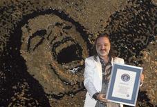 <p>Saimir Strati bateu recorde por maior mosaico sobre Michael Jackson. REUTERS/Arben Celi</p>