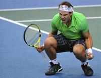 <p>O tenista espanhol Rafael Nadal comemora após vencer nesta sexta-feira o favorito local Jo-Wilfred Tsonga e se classificar às semifinais do Masters de Paris. REUTERS/Stringer</p>