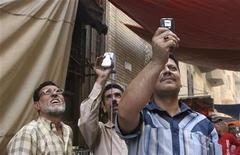 """<p>Un esempio di """"citizen-journalists"""": alcuni abitanti di Baghdad riprendono col telefonino un edificio in fiamme nel centro della città. REUTERS/Omar Obeidi (IRAQ)</p>"""