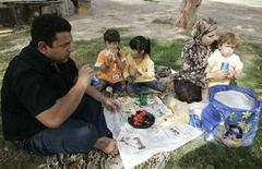 <p>An Iraqi family have a lunch meal during their visit to Al-Zawraa park in Baghdad, November 6, 2009. REUTERS/Mohammed Ameen</p>