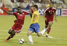 <p>O jogador da seleção brasileira Elano é desafiado por Qasim Said (E) do Omã durante o amistoso em Mascate. O Brasil ganhou por 2x0. 17 de novembro de 2009. REUTERS/Herbert Fernandes</p>