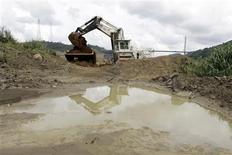 <p>Heavy machinery remove land from the excavation area in the Panama Canal that will be flooded as part of the construction of the third locks that will commence work on August 25, 2009. REUTERS/Alberto Lowe</p>