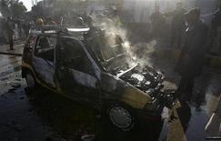 <p>Полицейские осматривают автомобиль, поврежденный при взрыве у здания суда в Пешаваре 19 ноября 2009 года. По крайней мере 15 человек погибли, около 30 были ранены в четверг в результате взрыва бомбы у здания суда в городе Пешавар на северо-западе Пакистана, сообщили медики. REUTERS/K. Parvez</p>