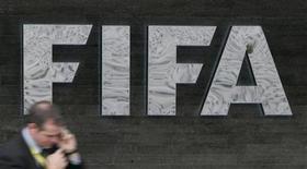 <p>Журналист у эмблемы ФИФА рядом со штаб-квартирой организации в Цюрихе 29 октября 2007 года. Второй стыковой матч между сборными Франции и Ирландии не будет переигран, несмотря на просьбу Футбольной ассоциации Ирландии, указавшей на то, что решающий мяч был забит с нарушением правил, сообщила ФИФА в пятницу. REUTERS/Michael Buholzer</p>