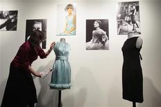 <p>Vestidos usados pela atriz Audrey Hepburn são exibidos em uma prévia para a imprensa do leilão de cerca de 35 vestidos e outras peças da atriz, que acontecerá em Londres no dia 8 de dezembro. REUTERS/Lucas Jackson</p>