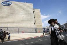 <p>Un ebreo ultraortodosso protesta fuori dallo stabilimento Intel. REUTERS/Gil Cohen Magen (JERUSALEM RELIGION CONFLICT BUSINESS)</p>
