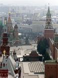 <p>Вид на Красную площадь в Москве 7 мая 2002 года.Российские власти готовы возобновить приватизацию и намерены продавать госсобственность примерно на 50-100 миллиардов рублей в год в ближайшие три года, и в 2010 году хотят получить около 77 миллиардов рублей от продажи 700 компаний и предприятий. REUTERS/Alexander Natruskin/Files</p>