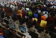 <p>Persone in un internet café in Cina. REUTERS/Stringer</p>