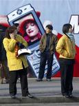 <p>Una donna cinese al telefonino. REUTERS/Andrew Wong</p>