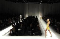 <p>A model presents a creation as part of Versace Spring/Summer 2010 women's collection during Milan Fashion Week, September 25, 2009. REUTERS/Paolo Bona</p>