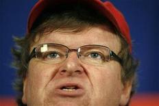 """<p>Imagen de archivo del cineasta estadounidense Michael Moore en una conferencia de prensa en Washington, 29 sep 2009. El director estadounidense Michael Moore se encuentra en Japón para promocionar su nuevo documental acerca de la crisis económica global, un filme que debería resonar en un país que ha visto el lado oscuro del capitalismo, según el cineasta. """"Capitalism: A Love Story"""" celebrará su debut el sábado en Japón, y Moore, en su primera visita al país, ofreció esta semana una exhibición anticipada de la película para la Confederación de Sindicatos de Japón. REUTERS/Molly Riley/Archivo</p>"""