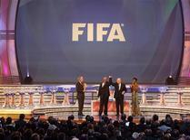 <p>O evento desta sexta-feira contou com a presença de diversos líderes e nomes ilustres do futebol, como o jorgador inglês David Beckham e o presidente sul-africano (segundo à direita na foto), Jacob Zuma. REUTERS/Mike Hutchings</p>