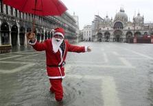 <p>Un Babbo Natale in piazza San Marco a Venezia, in una giornata di acqua alta. REUTERS/Manuel Silvestri (ITALY)</p>