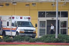 <p>Машина скорой помощи стоит перед входом в больницу в Окои, штат Флорида, 8 декабря 2009 года. Неизвестная женщина во вторник была госпитализирована из дома Тайгера Вудса в городе Виндермир, штат Флорида. REUTERS/Scott Audette</p>