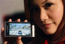 <p>Una modella mostra uno smartphone Satio di Sony Ericsson. REUTERS/Vivek Prakash</p>
