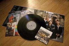 <p>Una copia en CD del disco del 2009 de la banda Wilco y la versión en vinilo, en Toronto, 3 dic 2009. Mientras los amantes de la música se acercan a una nueva década en este nuevo siglo, una tecnología de grabación considerada alguna vez vieja y obsoleta -el vinilo- ha estado retornando con impulso a nuestros días. Los álbumes de vinilo, que empezaron a ser sustituidos por los CD a mitad de 1980, han regresado en los últimos años ya que los entusiastas, tanto jóvenes como mayores, se han vuelto nostálgicos por los viejos chasquidos y sonidos agrietados. Y ahora que las ventas han resurgido, los músicos que van desde los grandes del escenario como Jack White y los Flaming Lips hasta las bandas locales de las principales ciudades han estado produciendo música en vinilo y dándoles a sus aficionados material añadido como tapas al viejo estilo o pósters. REUTERS/Terri Coles</p>