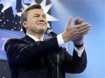 <p>Экс-премьер Украины Виктор Янукович на съезде Партии регионов в Киеве 23 октября 2009 года. Бывший премьер-министр Украины и лидер Партии регионов Виктор Янукович лидирует в опросах общественного мнения в преддверии президентских выборов, однако около трети населения страны все еще не решило, кому из кандидатов отдать свои голоса. REUTERS/Andriy Mosienko/ Pool</p>