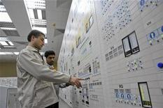<p>An Iranian operator (R) and a Russian operator monitor the nuclear power plant unit in Bushehr, about 1,215 km (755 miles) south of Tehran, November 30, 2009. REUTERS/ISNA/Mehdi Ghasemi</p>