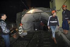 <p>Шахтеры стоят у входа в забой уголной шахты в городе Бурса 10 декабря 2009 года. Взрыв в забое угольной шахты на северо-западе Турции унес жизни 19 шахтеров, сообщил в пятницу министр труда страны Омер Динчер. REUTERS/Vedat Yucebas/Anatolian/Handout</p>