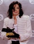 """<p>Американский певец Майкл Джексон с наградой """"Грэмми""""- """"Живая легенда"""" на церемонии в Лос-Анджелесе 24 февраля 1993 года. Король поп-музыки Майкл Джексон в январе посмертно получит """"Грэмми"""" за достижения в музыке наряду с шестью другими артистами, заявили организаторы самой престижной музыкальной премии. REUTERS/Sam Mircovich</p>"""