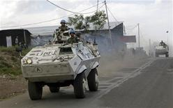 <p>U.N. peacekeepers in an armoured personnel carriers (APC) patrol the streets of Goma, October 30, 2008. REUTERS/Stringer</p>