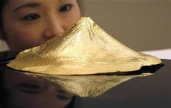 <p>Pure gold artifact shaped as Japan's Mount Fuji by Japanese jewellery maker Ginza Tanaka is displayed during an unveiling in Tokyo December 15, 2009. REUTERS/Yuriko Nakao</p>