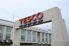 <p>Супермаркет Tesco в Лондоне 1 декабря 2008 года. Самый большой британский ритейлер Tesco извинился перед рыжими за неудачные рождественские открытки. REUTERS/Toby Melville</p>