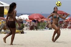 <p>Beach-goers play with a soccer ball on Ipanema beach in Rio de Janeiro November 22, 2009. REUTERS/Sergio Moraes</p>