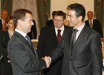 <p>Генеральный секретарь НАТО Андерс Фог Расмуссен (справа) на встрече с президентом России Дмитрием Медведевым в Москве 16 декабря 2009 года.Генеральный секретарь НАТО Андерс Фог Расмуссен заявил, что не видит необходимости в новом соглашении о безопасности, предложенном Россией, отклонив призывы Кремля к заключению нового договора в Европе. REUTERS/Sergei Karpukhin</p>