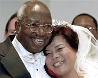 <p>Emmanuel Milingo e la moglie Sung Ryae Anna Soon in una conferenza stampa dopo il matrimonio che li uniti nel 2001. REUTERS/Brad Rickerby/Files</p>